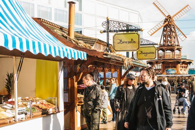Berlín, el 3 de octubre de 2017: Celebrando Oktoberfest la gente camina en el mercado callejero en el Alexanderplatz famoso imágenes de archivo libres de regalías