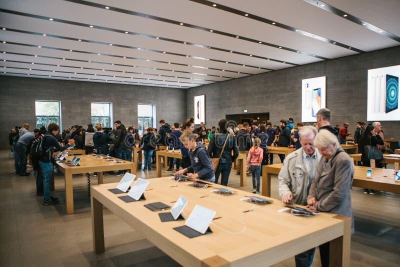 Berlín, el 2 de octubre de 2017: presentación de la nueva tableta avanzada Ipad favorable en Apple Store oficial Mirada de los co imagen de archivo libre de regalías