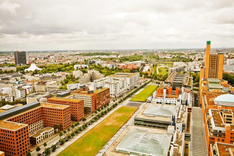 Berlín, el ojo panorámico, architectur residencial futurista del pájaro imagenes de archivo