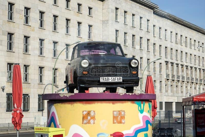 BERLÍN, GERMANY/EUROPE - 15 DE SEPTIEMBRE: El coche trabante viejo encendido desplaza fotografía de archivo