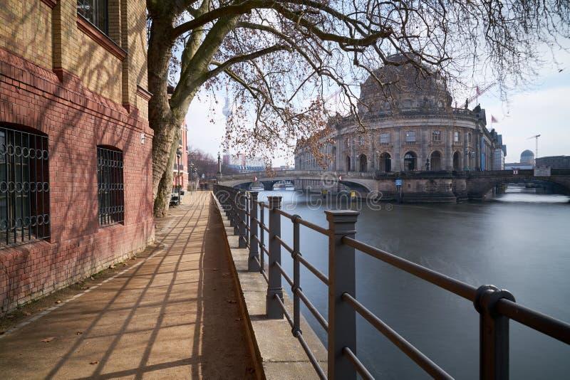 Berlín-medio a lo largo de la diversión del río - Presagiar-museo fotografía de archivo libre de regalías