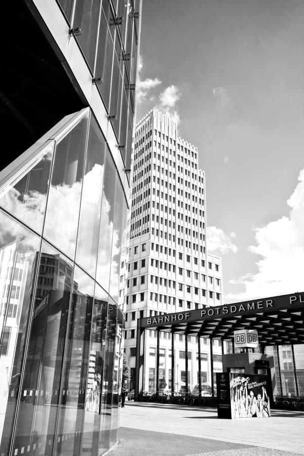 Berlín, Potsdamer Platz, reflexión del cloudscape en la superficie de cristal foto de archivo