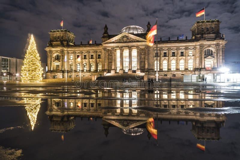 Berl?n, Alemania. la arquitectura del edificio Reichstag con un árbol de Navidad por la noche imagenes de archivo