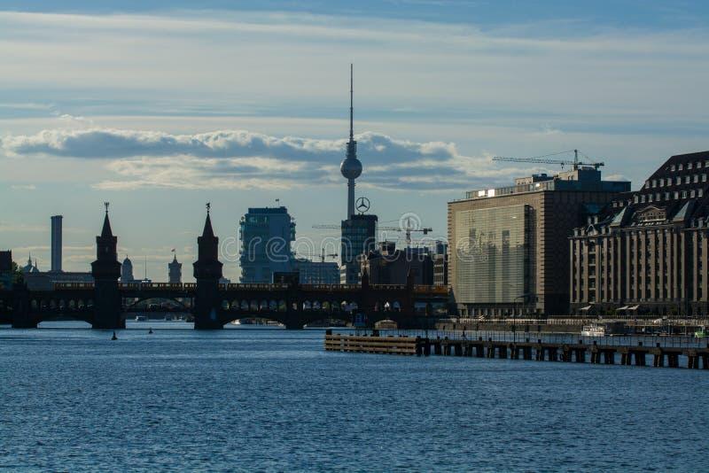 14 05 2019 Berl?n, Alemania Una vista de la ciudad y del río, de las compras y de los centros de la oficina con los edificios mod foto de archivo libre de regalías