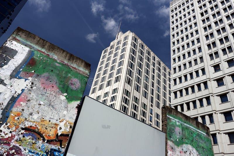 berl?n 06/14/2018 Viejo Berlin Wall y en el fondo los rascacielos de Potsdamer Platz fotos de archivo