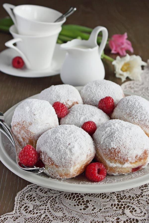 Berlińczyk (donuts) z malinki i dżemu plombowaniem zdjęcie stock