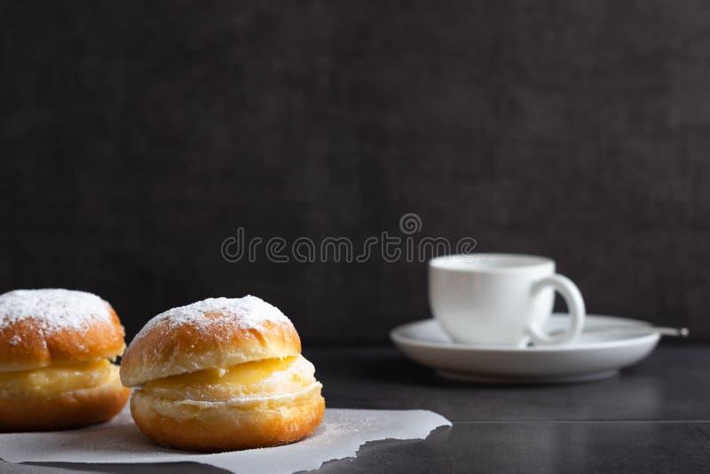 Berlińscy donuts z kawą w tle zdjęcie stock