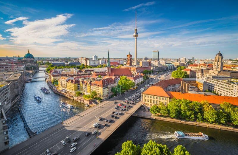 Berlińska linia horyzontu z bomblowanie rzeką przy zmierzchem, Niemcy zdjęcie royalty free