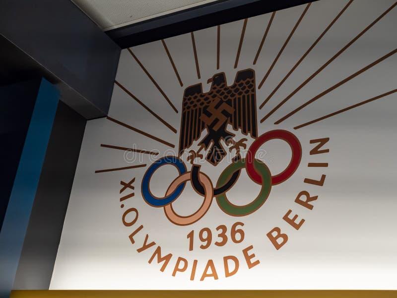 Berliński olimpiada logo, znak wystawiający na ścianie i zdjęcie royalty free