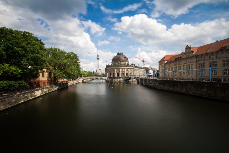12 8 2018 BERLIŃSKICH NIEMCY Pięknych widoków UNESCO światowego dziedzictwa miejsce Museumsinsel z wycieczkową łodzią na bomblowa obraz stock