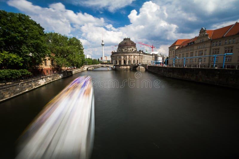 12 8 2018 BERLIŃSKICH NIEMCY Pięknych widoków UNESCO światowego dziedzictwa miejsce Museumsinsel z wycieczkową łodzią na bomblowa zdjęcie stock