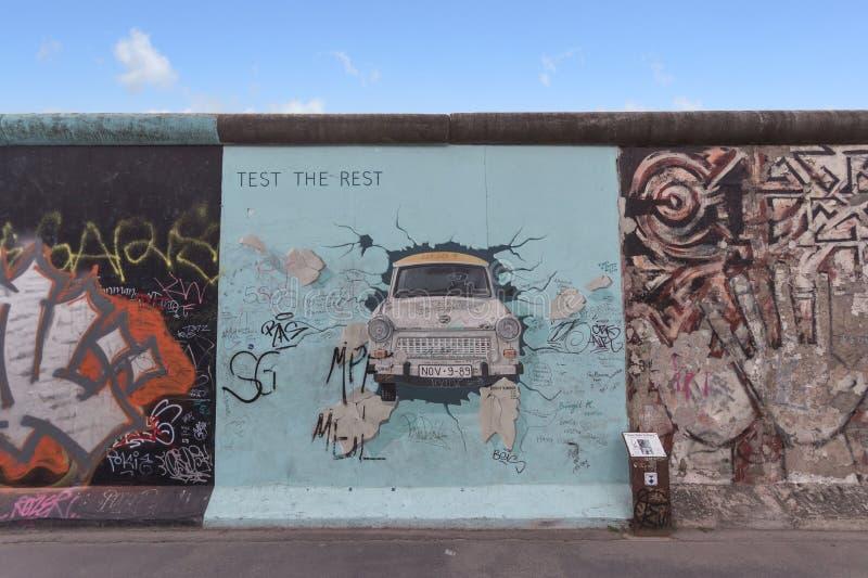 Berlińskiej ściany, wschodniej części galerii graffiti/ obrazy stock