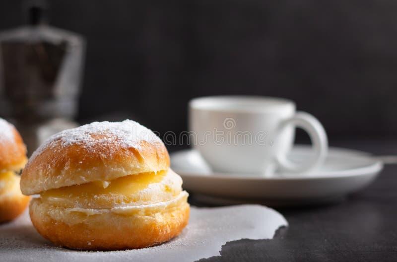 Berli?scy donuts z kaw? w tle fotografia stock