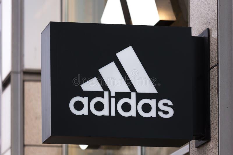 Berlijn, Brandenburg/Duitsland - 22 12 18: adidasteken in Berlijn Duitsland stock afbeelding