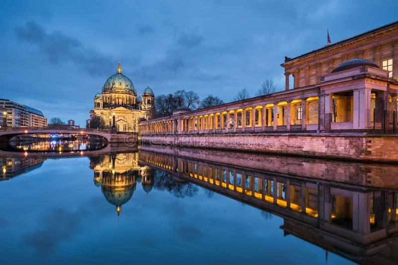 Berlijn catherdral bij nacht stock afbeeldingen