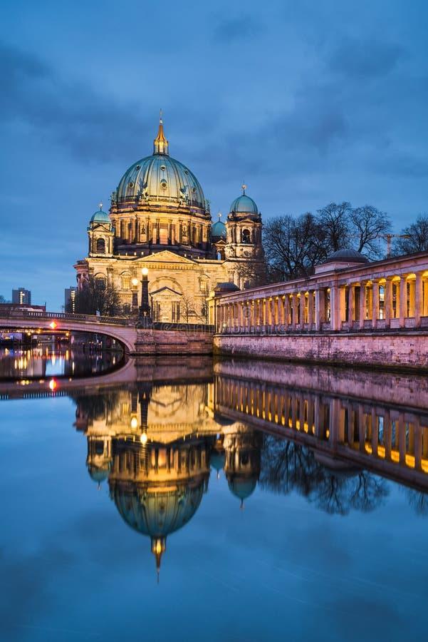 Berlijn catherdral bij nacht stock fotografie