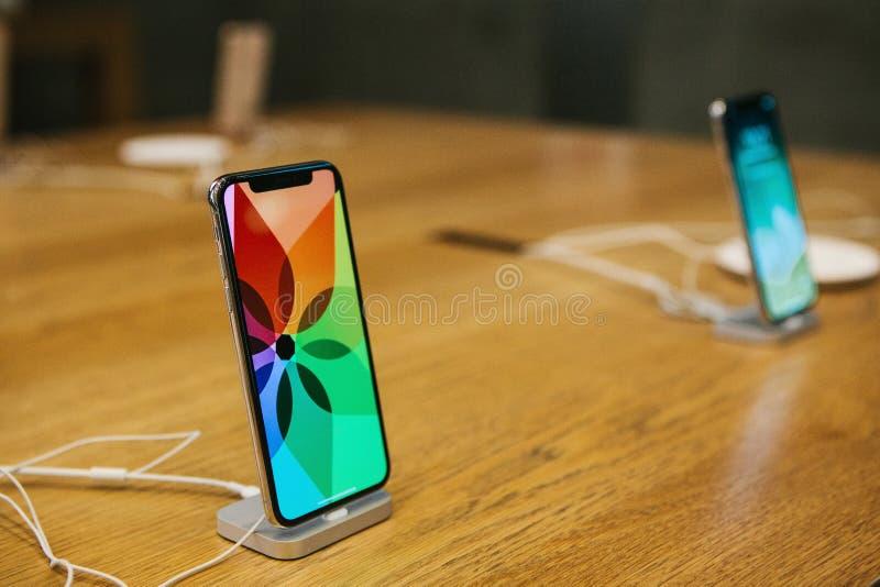 Berlijn, 12 December, 2017: de presentatie van iPhone X en de verkoop van nieuwe Apple-producten in officieel Apple slaan binnen  stock foto's