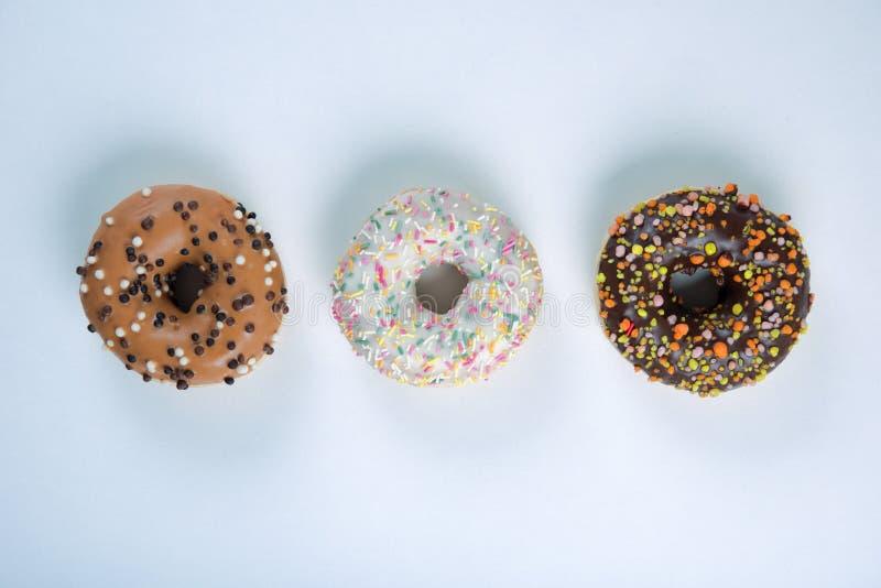 Berlijn donuts met suikerglazuur op witte achtergrond royalty-vrije stock afbeelding