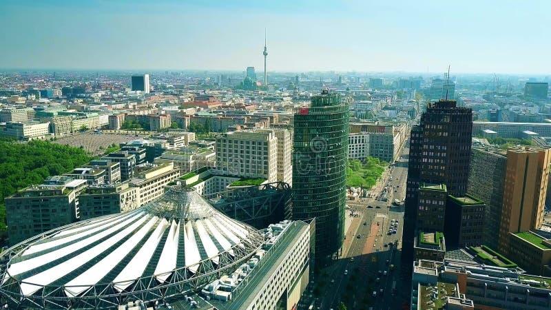BERLIJN, DUITSLAND - APRIL 30, 2018 Luchtmening van cityscape van Potsdamer die platz Sony Center en beroemde TV impliceren stock foto