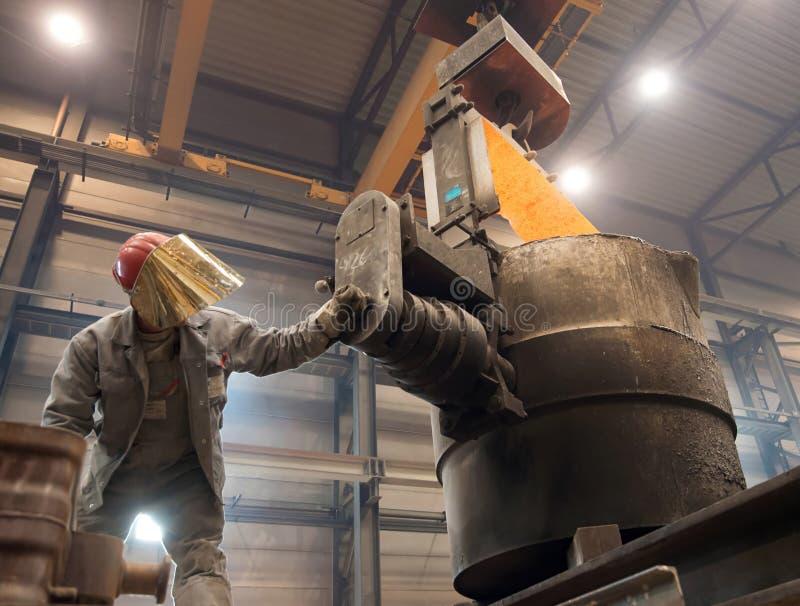 Berlijn, Duitsland - April 18, 2013: Productie van metaalcomponenten in een gieterij - groep arbeiders stock afbeelding