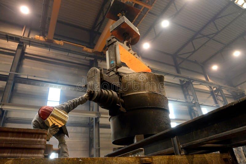 Berlijn, Duitsland - April 18, 2013: Productie van metaalcomponenten in een gieterij - groep arbeiders royalty-vrije stock afbeelding