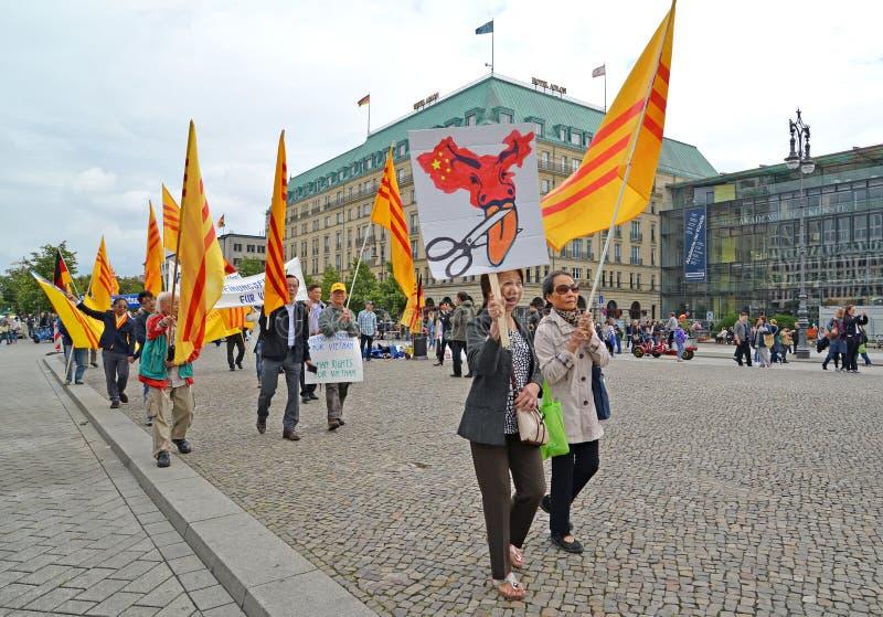 Berlijn, Duitsland Demonstratie van vertegenwoordigers van Vietnamese diaspora tegen schending van soevereiniteit van Vietnam doo royalty-vrije stock foto