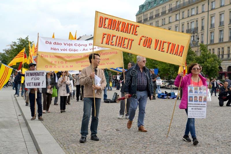 Berlijn, Duitsland Demonstratie van vertegenwoordigers van Vietnamese diaspora voor democratische transformaties in Vietnam Unter royalty-vrije stock afbeelding