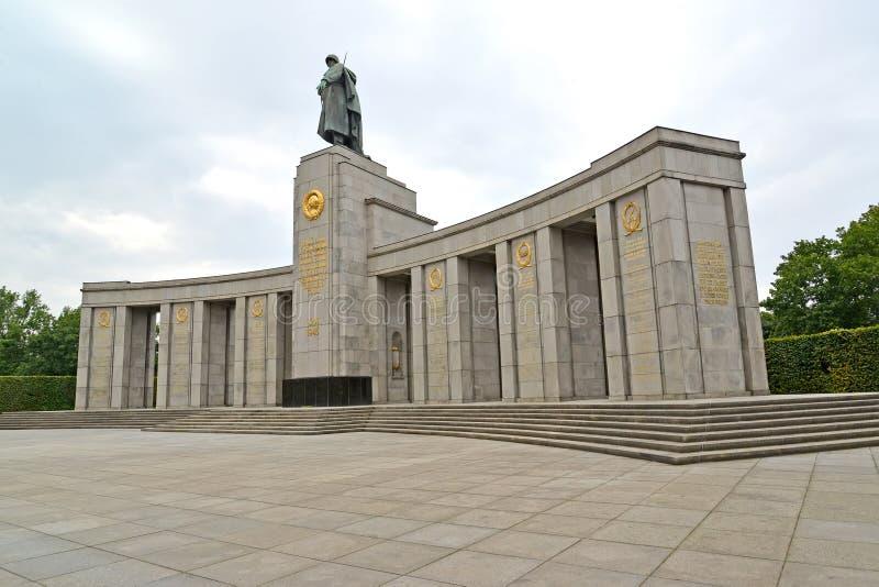 Berlijn, Duitsland Een gedenkteken aan de gevallen Sovjetmilitairen in bewolkte dag Tirgarten royalty-vrije stock afbeeldingen