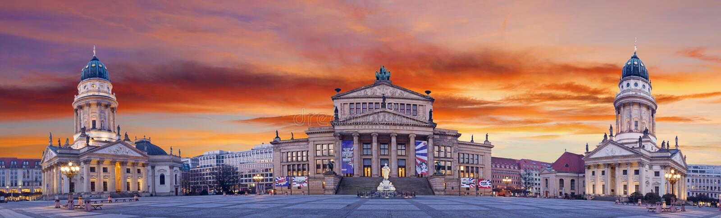 BERLIJN, DUITSLAND, FEBRUARI - 13, 2017: Panorama van Gendarmenmarkt-vierkant bij schemer stock fotografie