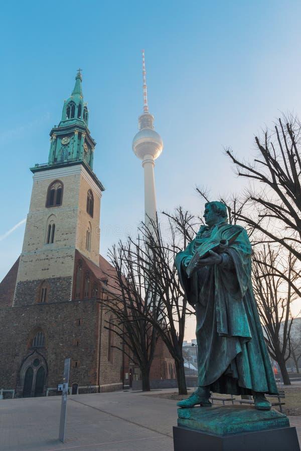 BERLIJN, DUITSLAND, FEBRUARI - 14, 2017: Staue van reformator Martin Luther voor Marienkirche-kerk royalty-vrije stock fotografie