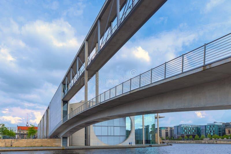 Berlijn, Duitsland, 16h de mening van Mei 2018 van de twee bruggen van de Parlementsgebouwen die via de bruggen worden verbonden stock foto