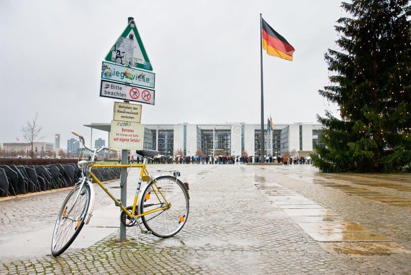 Berlijn, Duitsland - Januari 2 2007 Toeristenrij die op dijk wachten royalty-vrije stock foto
