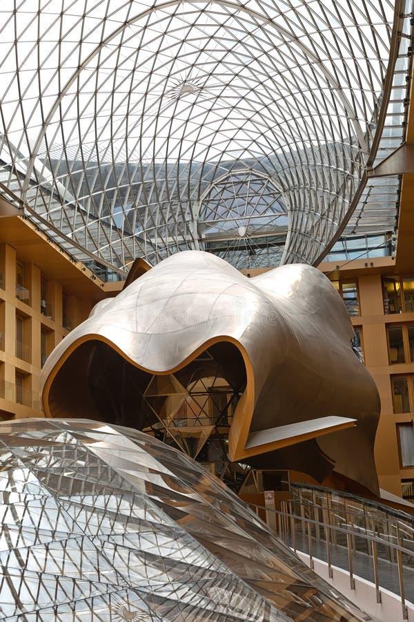 BERLIJN, DUITSLAND - JULI 2015: Atrium van DZ Bank die B inbouwen stock afbeelding