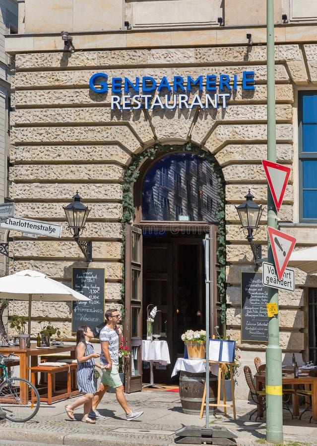 BERLIJN, DUITSLAND - JULI 14,2018: De mensen lopen voor Gendarmerierestaurant op Gendarmenmarkt-vierkant Berlijn is het kapitaal  royalty-vrije stock foto