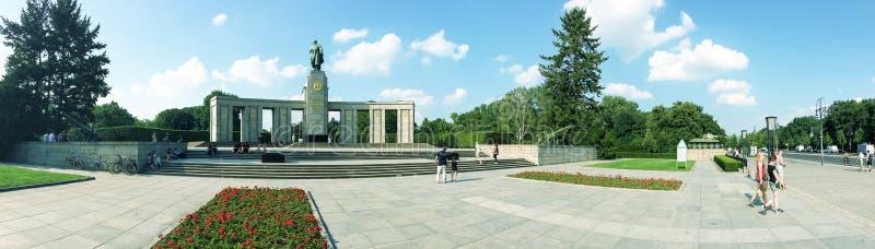 BERLIJN, DUITSLAND - JULI 2016: De toeristen bezoeken Russisch Gedenkteken Ben royalty-vrije stock afbeeldingen