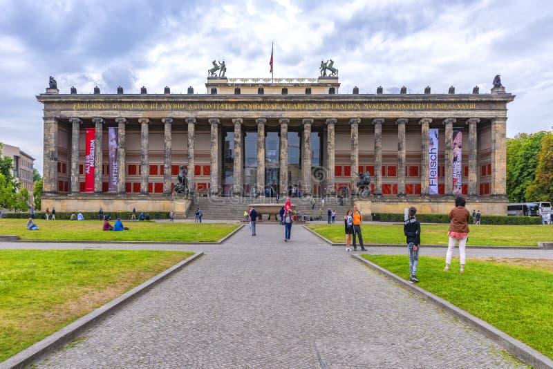 Berlijn, Duitsland, 10 Juli, 2018 Museumeiland, benaderingsroute van grint met bezoekers, aan één van de vele musea Op het gras stock afbeelding