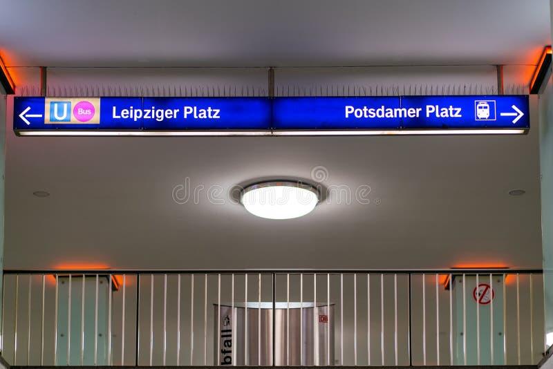 Berlijn, Duitsland - juli 07, 2019: richtingstekens aan andere platforms bij ondergrondse post Potsdamer Platz royalty-vrije stock afbeeldingen