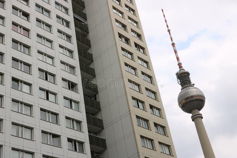 Berlijn, Duitsland, 13 Juni 2018 De toren van TV van Berlijn en de gebouwen van oud Oost-Berlijn stock fotografie