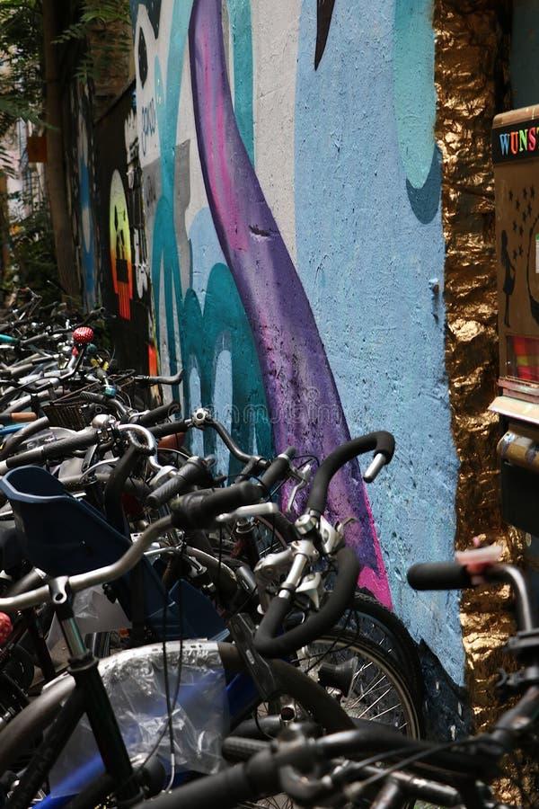 Berlijn, Duitsland, 13 Juni 2018 Een kleurrijke muurschildering in een fietsparkeerterrein in een binnenplaats van oud Oost-Berli stock foto