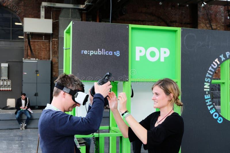 Berlijn, Duitsland - Mei 3, 2018: Een bezoeker van Re: publica stock afbeeldingen