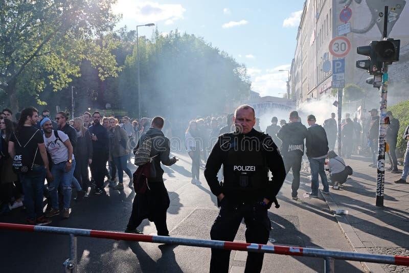 Berlijn, Duitsland - Mei 01, 2018: Politiemens in Kreuzberg-monitors stock foto's