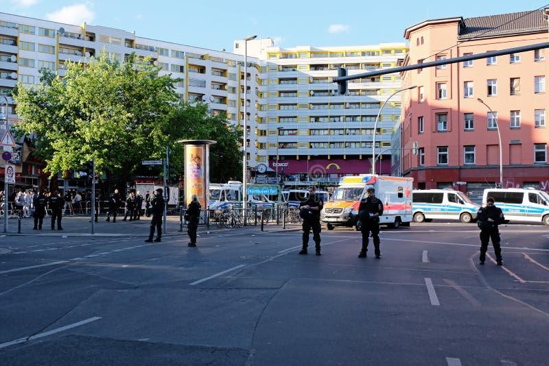 Berlijn, Duitsland - Mei 01, 2018: Wat politieagenten en politie stock fotografie