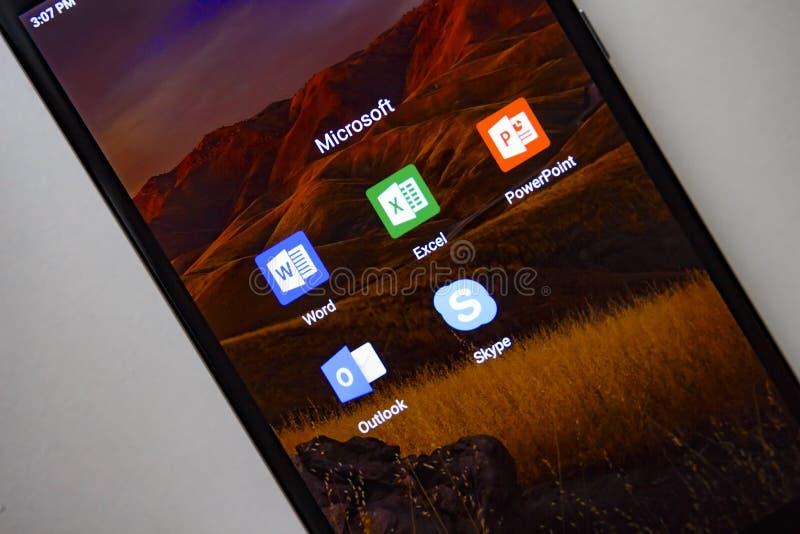 Berlijn, Duitsland - November 19, 2017: Microsoft apps op het scherm moderne smartphone Word, Exel, PowerPoint, Vooruitzichten stock afbeeldingen