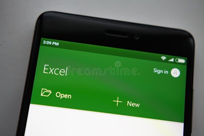 Berlijn, Duitsland - November 19, 2017: Microsoft Exel app op het scherm moderne smartphone Microsoft-bureau op mobiele telefoon royalty-vrije stock fotografie