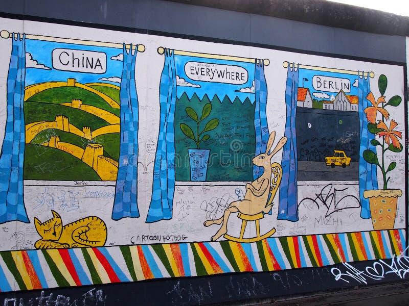 BERLIJN, DUITSLAND - SEPTEMBER 22: Graffiti op Berlin Wall bij de Zijgalerij van het Oosten op 22 September, 2014 in Berlijn royalty-vrije stock foto