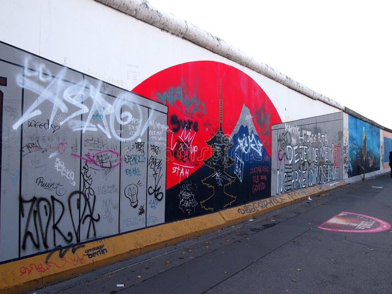 BERLIJN, DUITSLAND - SEPTEMBER 22: Graffiti op Berlin Wall bij de Zijgalerij van het Oosten op 22 September, 2014 in Berlijn stock afbeelding