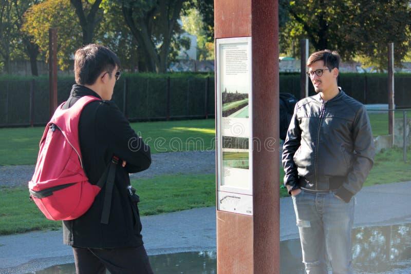 Berlijn, Duitsland - September 23, 2014: Mensen die aan geschiedenis van Berlin Wall letten op stock afbeeldingen