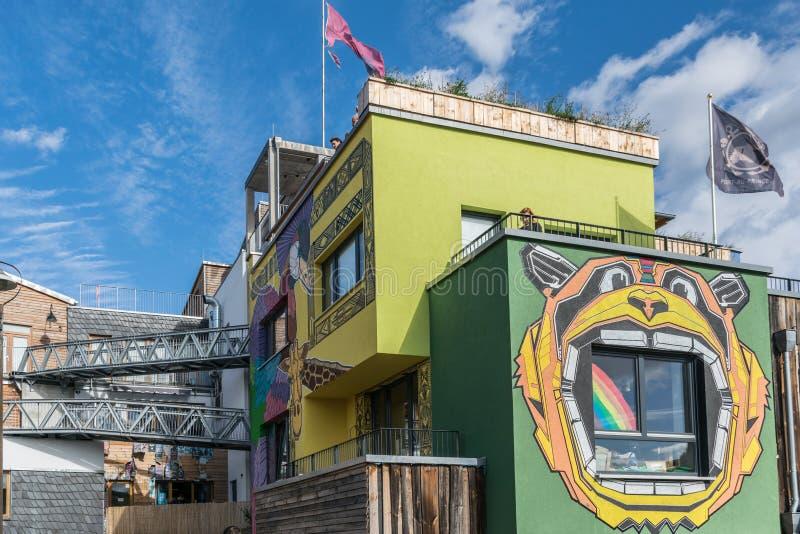 BERLIJN, DUITSLAND - September 26, 2018: Pretbeeld van een gebouw met een venster door van een beer die met open wordt ontworpen  stock afbeelding