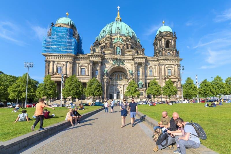 Berlijn - Germany18th Mei, het Overzicht van 2018 van een groot gazon voor Dom, waar de mensen pret, praatje, op hun dag van hebb stock afbeeldingen