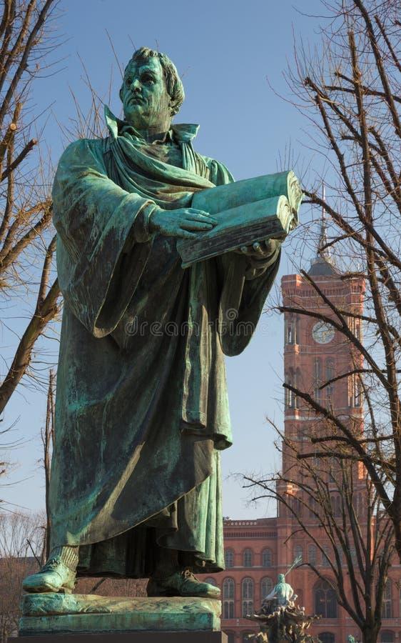 Berlijn - het standbeeld van reformator Martin Luther voor Marienkirche-kerk door Paul Martin Otto en Robert Toberenth 1895 stock afbeeldingen